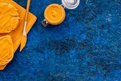 Сделайте здравицу с затиром гайки 2 toastes, нож и стекла раздражают с затиром гайки, гайками на голубом космосе экземпляра предп Стоковые Изображения