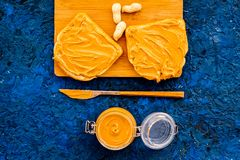 Сделайте здравицу с затиром гайки 2 toastes, нож и стекла раздражают с затиром гайки, гайками на голубой предпосылке Стоковые Фотографии RF