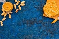 Сделайте здравицу с затиром гайки 2 toastes, нож и стекла раздражают с затиром гайки, гайками на голубом космосе экземпляра предп Стоковое Изображение