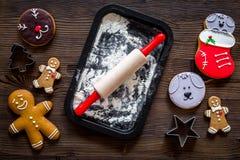 Сделайте печенье пряника на Новый Год 2018 Человек пряника, вращающая ось, мука на темном деревянном взгляд сверху предпосылки Стоковая Фотография