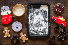 Сделайте печенье пряника на Новый Год 2018 Человек пряника, мука на темном деревянном модель-макете взгляд сверху предпосылки Стоковые Фото