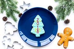 Сделайте печенья пряника на Новый Год дома Хлебопекарня и резцы на белом взгляд сверху предпосылки Стоковое Изображение RF