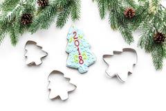 Сделайте печенья пряника на Новый Год дома Хлебопекарня и резцы на белом взгляд сверху предпосылки Стоковая Фотография RF