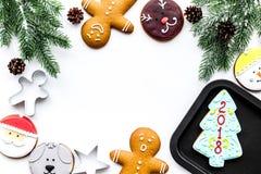 Сделайте печенья пряника на Новый Год дома Хлебопекарня и резцы на белом copyspace взгляд сверху предпосылки Стоковая Фотография RF