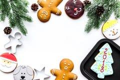 Сделайте печенья пряника на Новый Год дома Хлебопекарня и резцы на белом copyspace взгляд сверху предпосылки Стоковое фото RF
