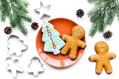 Сделайте печенья пряника на Новый Год дома Хлебопекарня и резцы на белом взгляд сверху предпосылки Стоковое Изображение