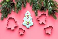 Сделайте печенья пряника на Новый Год дома Хлебопекарня и резцы на розовом взгляд сверху предпосылки Стоковое Изображение RF