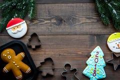 Сделайте печенья пряника на Новый Год дома Хлебопекарня и резцы на деревянном copyspace взгляд сверху предпосылки Стоковое Изображение