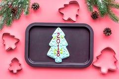 Сделайте печенья пряника на Новый Год дома Хлебопекарня и резцы на розовом взгляд сверху предпосылки Стоковая Фотография RF