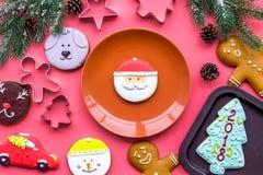 Сделайте печенья пряника на Новый Год дома Хлебопекарня и резцы на розовом взгляд сверху предпосылки Стоковое фото RF