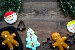 Сделайте печенья пряника на Новый Год дома Хлебопекарня и резцы на деревянном copyspace взгляд сверху предпосылки Стоковые Изображения RF