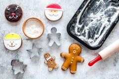Сделайте печенья пряника на Новый Год 2018 Помадки приближают к листу выпечки и вращающей оси на сером взгляд сверху предпосылки Стоковое фото RF