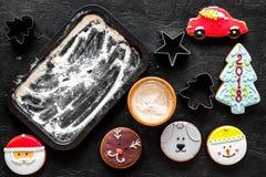 Сделайте печенья пряника на Новый Год 2018 Помадки приближают к листу выпечки на черном взгляд сверху предпосылки Стоковые Изображения
