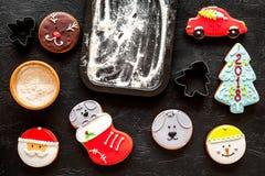 Сделайте печенья пряника на Новый Год 2018 Помадки приближают к листу выпечки на черном взгляд сверху предпосылки Стоковое Изображение RF