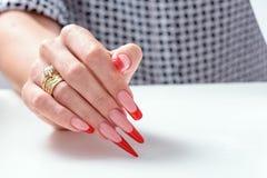 сделайте продукты маникюра вверх Маникюр искусства Маникюр градиента современного стиля красный черный Руки красоты с стильными к Стоковая Фотография RF