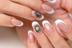 сделайте продукты маникюра вверх Маникюр искусства Современные руки красоты стиля с стильными красочными ультрамодными ногтями Стоковые Фото