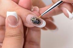 сделайте продукты маникюра вверх Маникюр искусства Современные руки красоты стиля с стильными красочными ультрамодными ногтями Стоковое Изображение