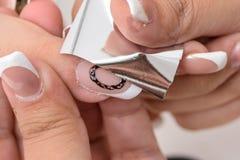 сделайте продукты маникюра вверх Маникюр искусства Современные руки красоты стиля с стильными красочными ультрамодными ногтями Стоковые Фотографии RF