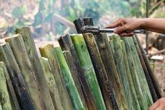 Сделайте glutinous рис с молоком кокоса зажаренным в духовке в цилиндре соединений длины бамбуковом, бегством Khao традиционный т стоковые фотографии rf