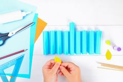 Сделай сам Бумажное menorah при его собственные руки сделанные из бумаги Menorah на еврейский праздник Ханука Handmade для ребенк стоковые изображения rf