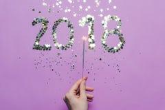 2018 сделали бенгальского огня confetti и бенгальского огня в руке стоковое фото