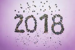 2018 сделали золота и серебряного confetti в форме звезд Стоковая Фотография