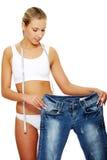 сделал как потеряно много показывая женщине веса стоковое изображение