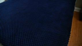 Сделанная кровать Небольшая уютная комната голубая ткань шелка, одеяло пузыря, массажируя одеяло, ткань пузыря сток-видео