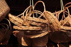 Сделанный магазин корзин Много вид корзины которое сделано бамбука wicker корзины handmade тайский Сплетенная бамбуковая текстура Стоковые Фотографии RF