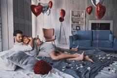 Сделанный полюбить один другого Красивые молодые обнимать пар и s Стоковые Изображения