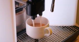 Сделать кофе в кофеварке видеоматериал