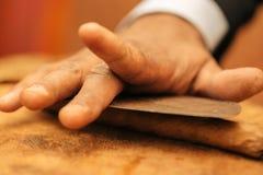 Сделать сигару с его руками, листы для сигары, ручной работы Стоковое фото RF