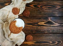 сдержанное печенье овсяной каши с стеклом молока на деревянном столе и бегуне бежа Стоковые Изображения RF