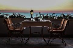 сдержанно таблица ресторана стоковое изображение rf