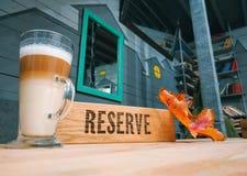 Сдержанный деревянный знак внутри ресторан с лист осени в кафе стоковое изображение