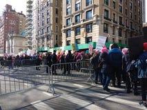 Сдерживание толпы, Central Park западный, ` s NYC -го март женщин, NY, США стоковые изображения rf