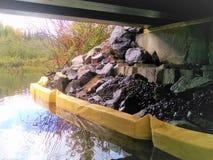 Сдерживание Riprap от желтого пластикового плавая заграждения стоковое фото rf
