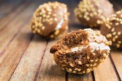 Сдерживать с печений шоколада с гайками и сливк над деревянным bac Стоковое Фото