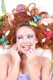 сдерживая перст с волосами ее красная женщина Стоковые Изображения RF