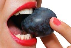сдерживая слива рта крупного плана женская Стоковое Фото