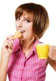 сдерживая чай кренделя девушки чашки милый стоковые изображения rf