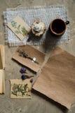 Сдирать положение, взгляд сверху гербария, высушенные цветки лаванды, тетрадь, книга для примечаний, ручка и изображения лета вес Стоковое Изображение