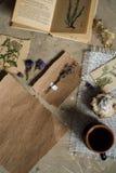 Сдирать положение, взгляд сверху гербария, высушенные цветки лаванды, тетрадь, книга для примечаний, ручка и изображения лета вес Стоковые Изображения RF