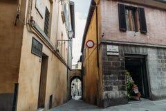 Сдобрите в узкой улице в историческом квартале Сиены стоковые изображения rf