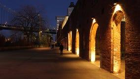 Сдобрите на ноче в зоне DUMBO в Бруклине, Нью-Йорке стоковая фотография rf