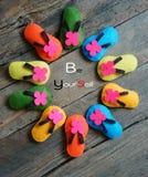 Себя, уверенно, handmade сандалии Стоковое Фото