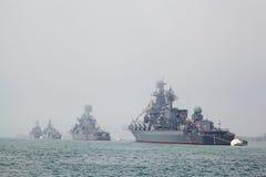 СЕВАСТОПОЛЬ, УКРАИНА -- 12-ОЕ МАЯ: Современные военные корабли в параде o Стоковое фото RF