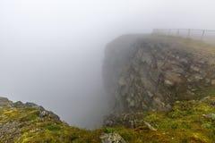 Северная накидка Nordkapp, на северном побережье острова Mageroya в Finnmark, северная Норвегия на тяжелый туманный день Стоковая Фотография RF