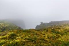 Северная накидка Nordkapp, северная Норвегия на тяжелый туманный день Стоковая Фотография RF
