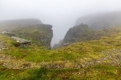 Северная накидка Nordkapp, северная Норвегия на тяжелый туманный день Стоковое Изображение RF